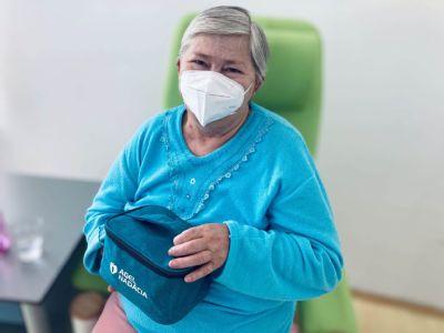 Seniori na oddelení dlhodobo chorých v kežmarskej nemocnici dostávajú balíčky pohody od NADÁCIE  AGEL